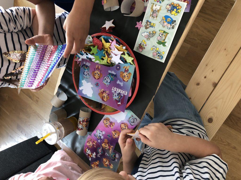 DIY Kindergeburtstag Bastelidee Armbänder
