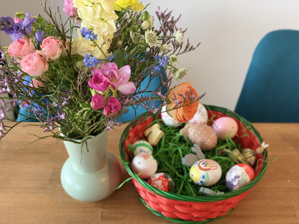 Osternest mit Frühlingsblumen