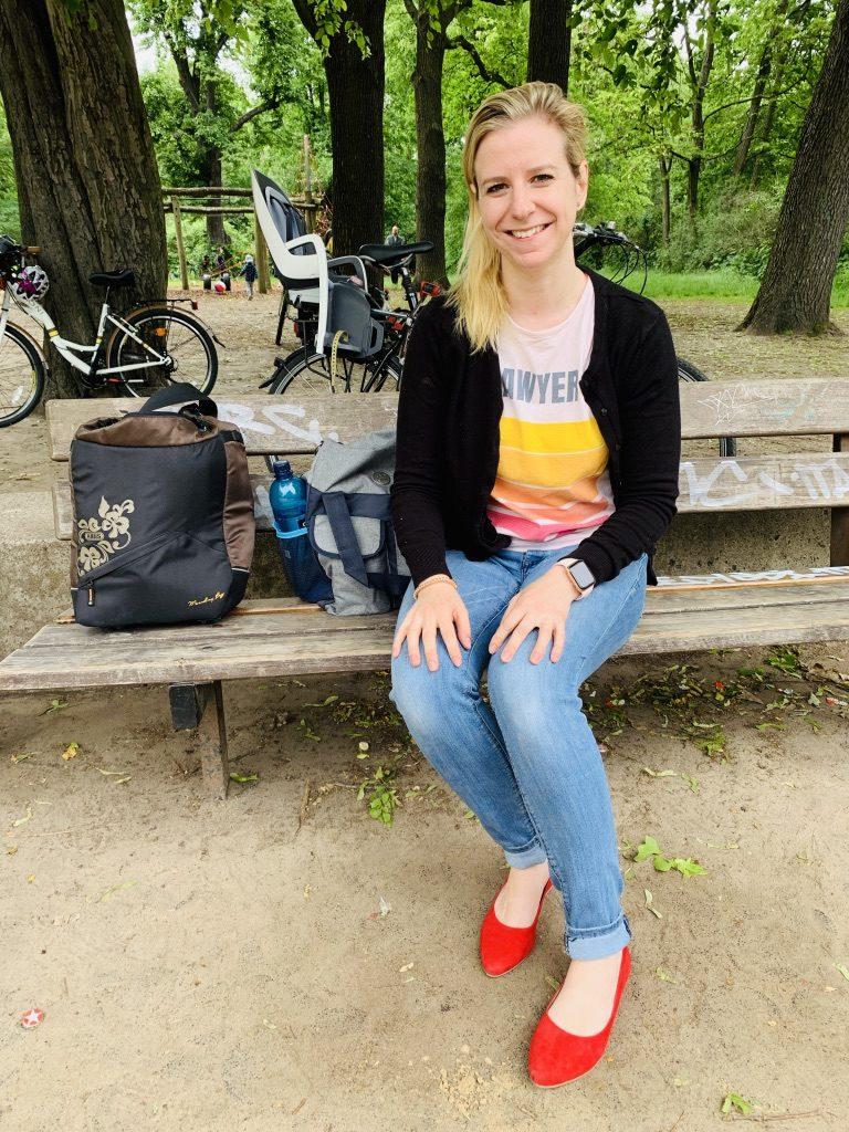 Frau auf Spielplatz Pankow