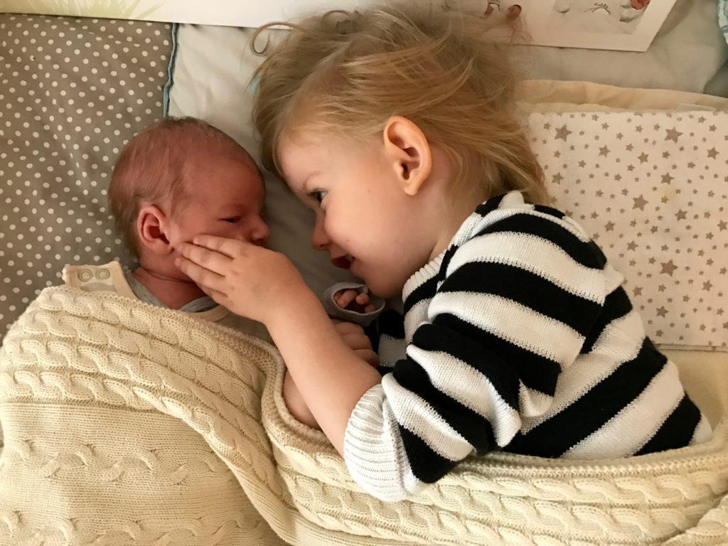 grosse Schwester trifft kleinen Bruder zum ersten Mal